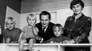 Olof och Lisbeth Palme poserar med sina söner år 1969.