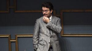 De grönas Ville Niinistö poserar i riksdagen