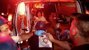 En skadad israelisk kvinna, vars hus i Ashkelon träffats av en raket, fördes till sjukhuset med ambulans.