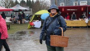 Anna Johnsson i regnkläder från topp till tå på julmarknaden i Pargas
