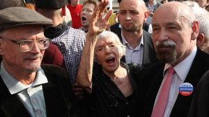 Ljudmila Aleksejeva och Bolsjevikpartiets Eduard Limonov (t.v.) marscherade i Moskva 2010.
