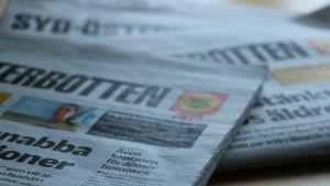 En bunt med tidningar på ett bord.