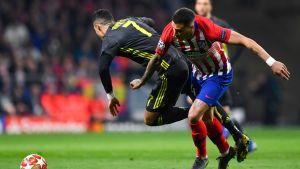Cristiano Ronaldo i närkamp med José Maria Gimenez.