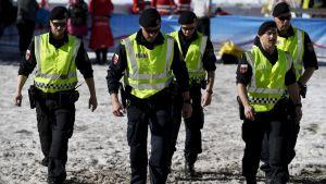 Österrikiska poliser patrullerar under skid-VM i Seefeld.