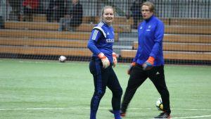 Målvakten Lotta Rosenström på HJK:s träningar.