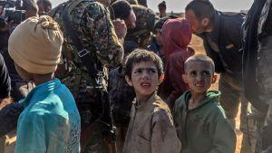 Barn som förmodades vara yazidier evakuerades ur Baghouz den 6 mars.