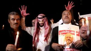 En demonstrant bar en mask som föreställde den saudiske kronprinsen Mohammed Bin Salman under en demonstration utanför Saudiarabiens konslulat i Istanbul i oktober 2018.