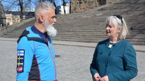 Duarte Nuno Antunes, pilgrimsvandrare från Portugal och Nina Söderlund, projektkoordinator för S:t Olofs sjöled.