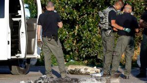 Ett israeliskt bombteam inspekterar resterna efter en palestinsk raket i kibbuzen Yad Mordechai i södra Israel på lördagen.