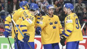 Tre Kronor firar ett mål.