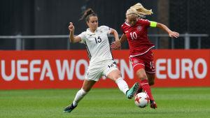Sara Däebritz och Pernille Harder kämpar om bollen vid EM 2017.