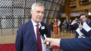 Antti Rinne intervjuas av flere journalister