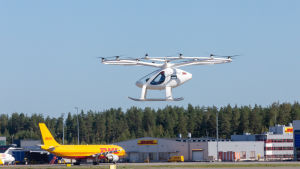 Volocopter laskeutumassa Helsinki-Vantaan lentokentälle