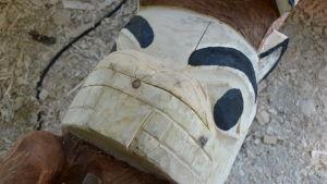 Figur av en bäver på en totempåle.