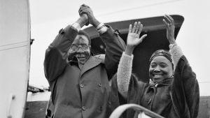 Robert Mugabe med sin första fru Sally Mugabe. De avslutar sitt besök i Finland 24 september 1981.