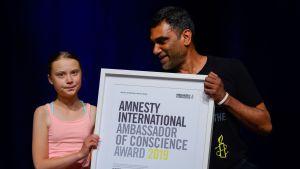 Greta Thunberg tar emot ett pris av Amnesty.
