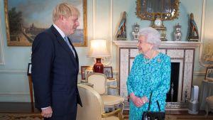Boris Johnson hälsar på drottning Elizabeth