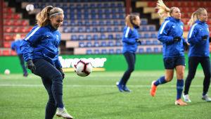 Heidi Kollanen trixar med bollen på Sandvikens fotbollsstadion i Vasa.