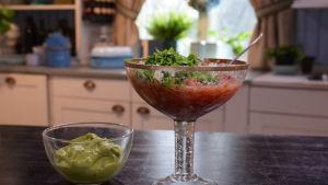 Salsa och avocadokräm i ett kök