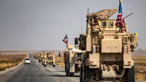 En konvoj med amerikanska militärfordon passerade staden Tal Tamr i nordöstra Syrien på söndagen, på väg österut mot den irakiska gränsen.