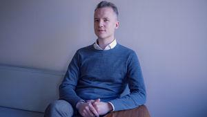 Psykologen Daniel Ventus sitter i en soffa med blicken mot kameran.