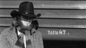 Pekka Myllykoski stetson päässä. Arkistokuva dokumenttielokuvasta Mystinen metsätyömies.