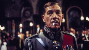 Ian McKellen Richard III:n roolissa 1930-luvun uniformussa samannimisessä elokuvassa (1995).