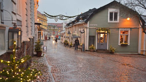 Julljus och regn på Mellangatan i Borgå.
