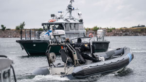 Gränsbevakningens båtar på havet.