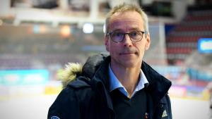 Pasi Mustonen poserar vid ishockeyrink.