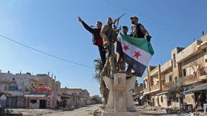 Turkiskstödda syriska krigare firade i Saraqib på torsdagen då de lyckats återerövra staden från regeringsstyrkor efter tre veckor.