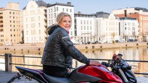 Laura Suomalainen moottoripyörän selässä