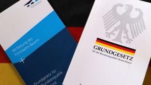 Två böcker med den tyska grundlagen och delstaten Bayerns författning