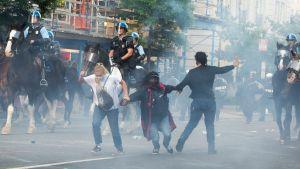Tårgasen låg rätt tät i kvarteren kring Vita huset då demonstranterna skingrades inför Trumps promenad till kyrkan.