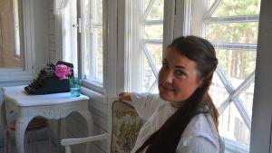 Kvinna på veranda