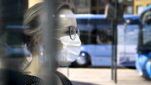 En kvinna med ansiktsskydd.