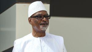 Ibrahim Boubacar Keita i vit tunika och hatt.