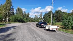 En bil kö rpå den gamla asfalten på Täktervägen i Ingå.
