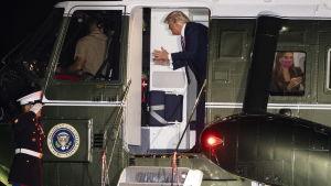 Donald Trump och Hope Hicks ombord på presidenthelikoptern Marine One.
