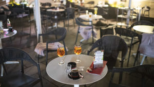 Halvfulla glas stod kvar på cafébord då människor flytt undan attacken i centrala Wien.