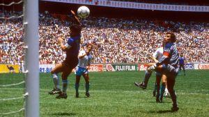 """""""Guds hand"""" gav Argentina ledningen med 1–0 mot England i VM-kvartsfinalen 1986."""