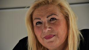 Sandra Vassallo sköter försäljningen av förfriskningar i samband med cirkusföreställningarna.