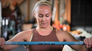 Stefanie Hagelstam tränar i sitt hemmagym.