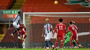 Semi Ajayi nickar in bollen i mål.