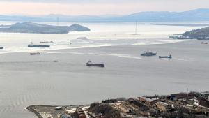 Fartyg som passerar igenom Bosporen i Turkiet