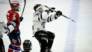 Ruslan Iskhakov firar mål.