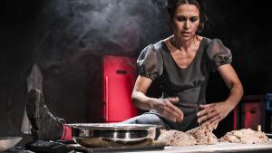 Hanna Brotherus leipoo lavalla tanssiteoksessa Hanna B