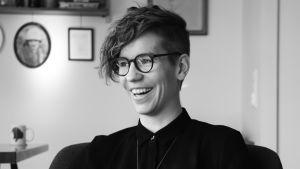 Kvinna med glasögon och svart skjorta