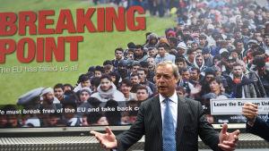 Ukip-ordförande Nigel Farage framför en Brexit-reklam.