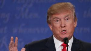 Donald Trump under den sista valdebatten inför presidentvalet 2016. Den ena handen är lyft upp i ansiktshöjd.